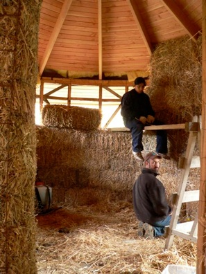 Casa redonda croxatto fardos paja - Casas de madera redondas ...